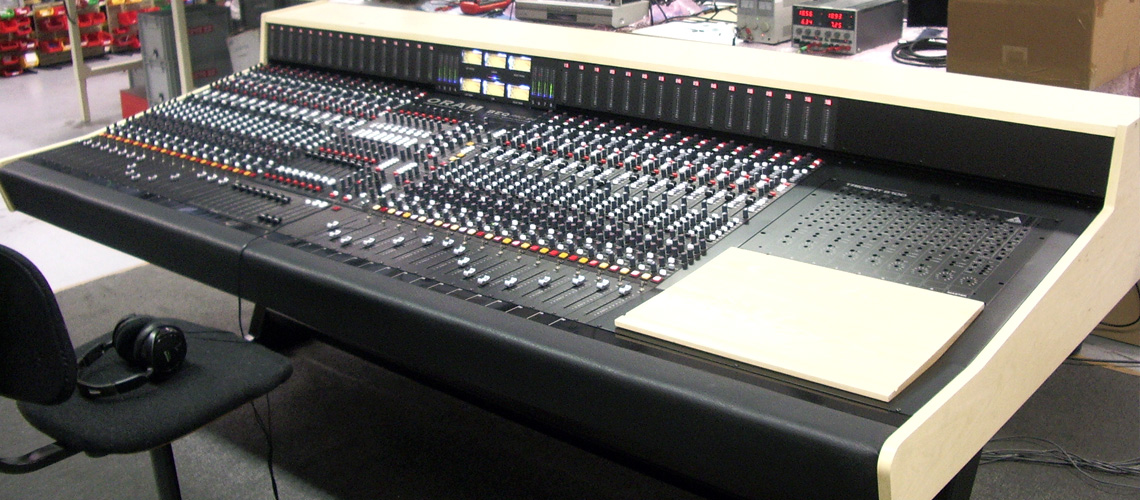 32 channel audio mixing desk